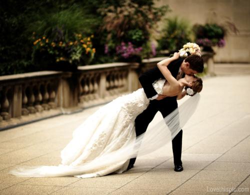Poses para fotos de boda beso apasionado