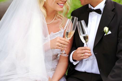 Poses para fotos de boda brindis