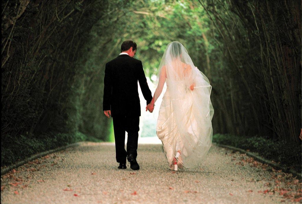 Poses para fotos de boda novios caminando